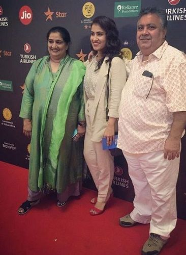 Manoj Pahwa With His Wife and Daughter